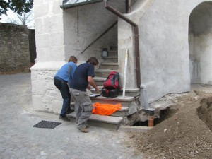 Lokalizace sondy u schodiště kostela sv. Jana Křtitele.