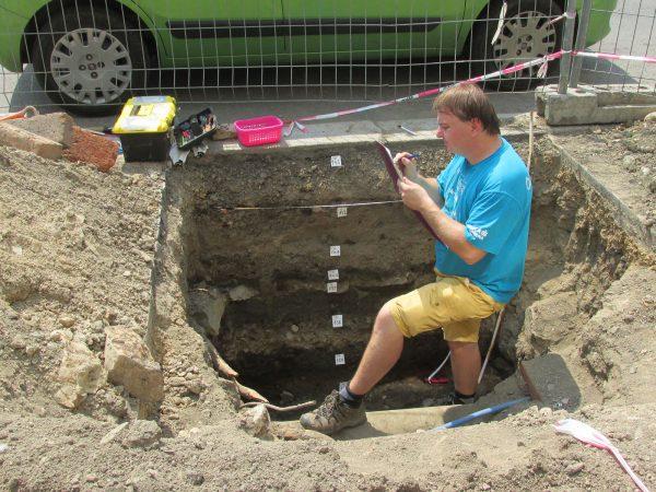 Dokumentace začištěného profilu s archeologickým souvrstvím