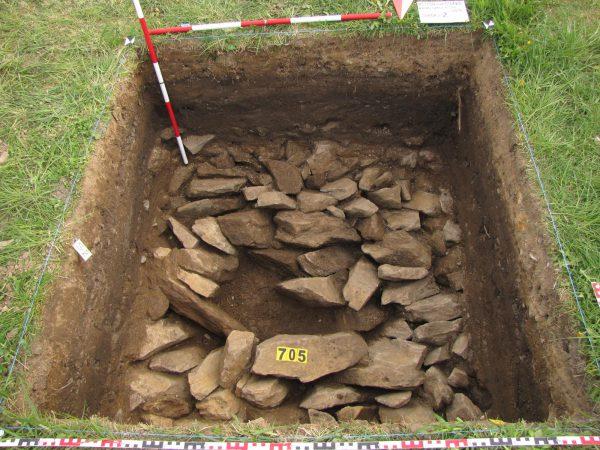 Masivní dláždění z lomového kamene odkryté v sondě 2