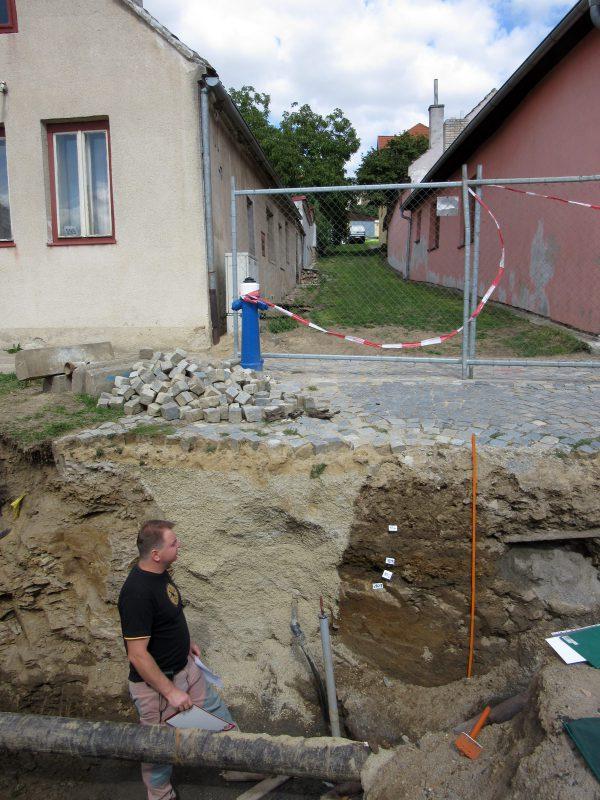 Začištěný úsek výkopu s patrným archeologickým souvrstvím