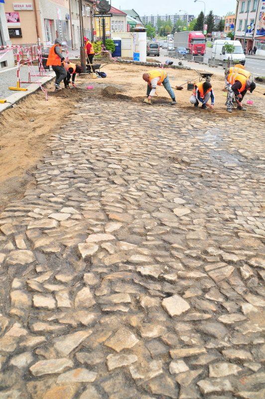 Začišťování dlažby odkryté pod stávajícím povrchem náměstí