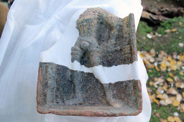 Zlomky kachle s postavou šlechtice