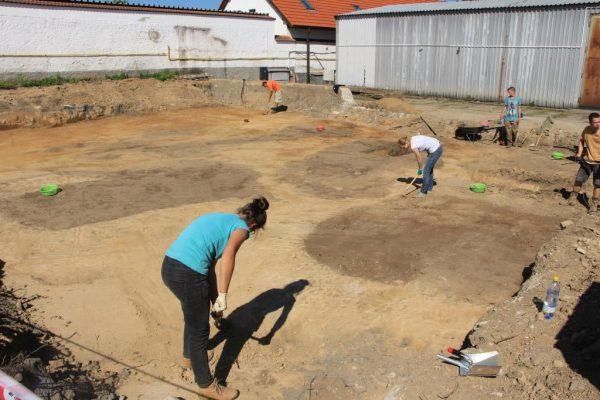 Situace ZAV – začištění plochy po skrývce, patrné jsou půdorysy objektů a historických terénů.
