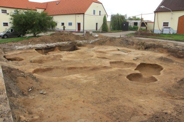 Situace terénu po ukončení ZAV, celkem identifikováno 22 zahloubených objektů (identifikovány 2 domy a 3 zásobní jámy).