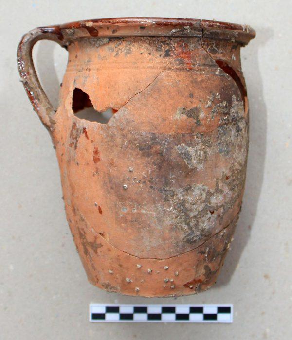 Obr. č. 6: Nález oxidačně pálené, uvnitř glazované kuchyňské keramiky, 16. stol.