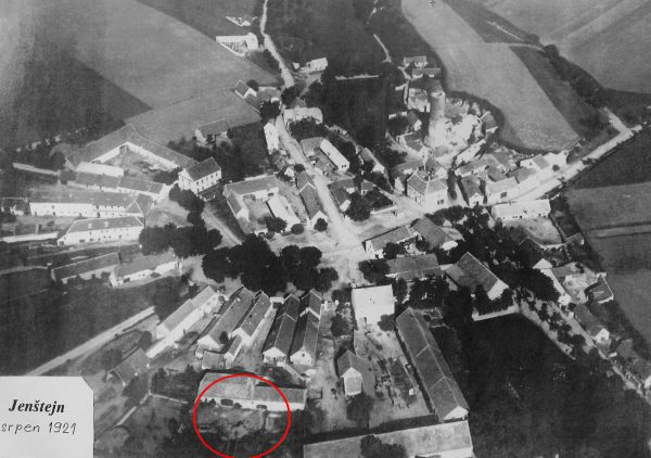 Obr. č. 8: Letecký snímek obce Jenštejn stav 1921. V pravé části patrný hrad, nalevo půlkruhová náves s grunty. Červeně je vyznačena plocha ZAV z roku 2017.