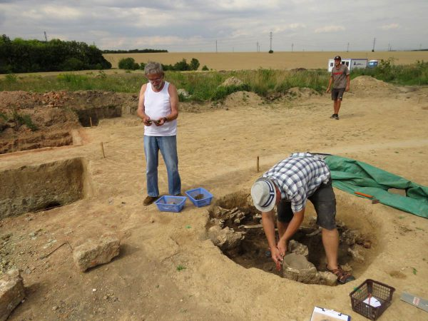 Exkavace obj. č. 507, s lidskými ostatky a keramikou z období eneolitu.  Foto: Petr Mudra