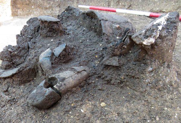Detail nálezu žárového hrobu.  Foto: Petr Mudra