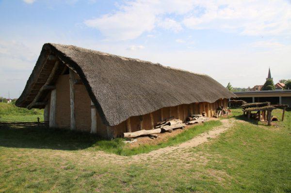Foto rekonstrukce dlouhého neolitického domu.