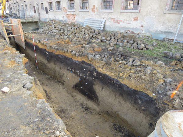 Foto řezu zkoumaného v Jizerním Vtelně.